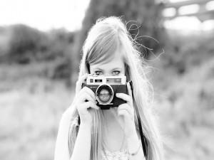 Chica con una cámara de fotos