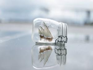 Barco dentro de un bote de cristal
