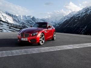 Un BMW rojo entre montañas