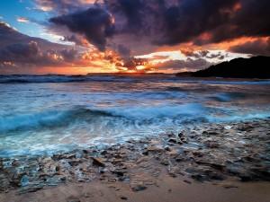 Amanece en una húmeda playa