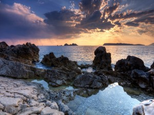 Rocas y piedras en la orilla del mar