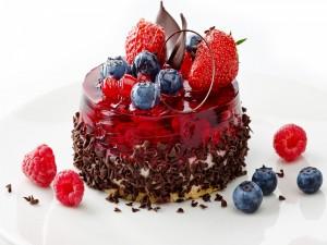 Tarta con gelatina de frutas y bizcocho