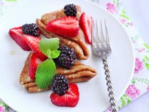 Panqueques con fresas y moras