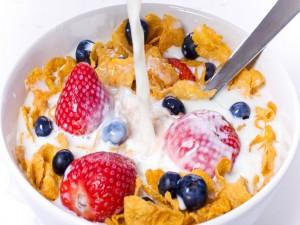 Leche con cereales, fresas y arándanos