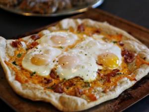 Huevos sobre una pizza