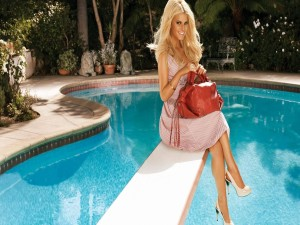 Jessica Simpson sentada en un trampolín