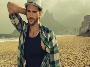 Ashton Kutcher paseando por una playa
