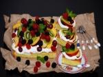 Bizcocho cubierto de nata y frutas frescas