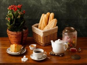 Bizcocho, café y pan para el desayuno