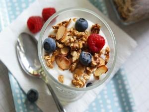 Granola con frutos rojos y yogur