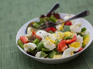Ensalada de vegetales y huevo cocido