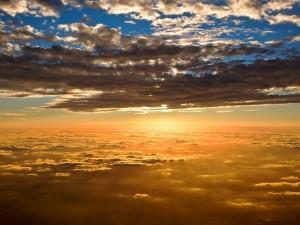 Amanecer entre las nubes