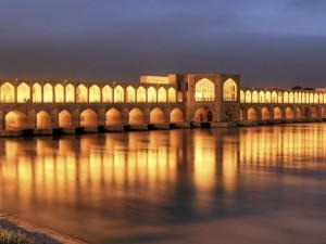 Hermoso puente con luces que resplandecen en la noche