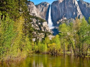 Cascada cayendo de una montaña