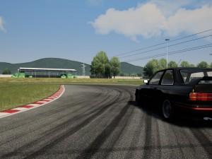 Automóvil BMW Drift Car 3 sobre una curva de un autódromo