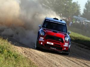 Mini WRC rojo en un camino de tierra