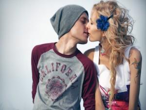 Pareja joven besándose
