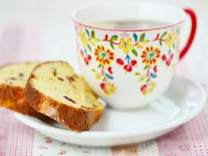 Una bonita taza de flores con té