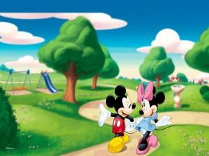 Mickey Mouse y Minnie paseando por un parque