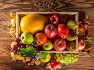 Caja con frutas otoñales