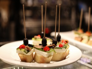 Canapés con anchoas y queso
