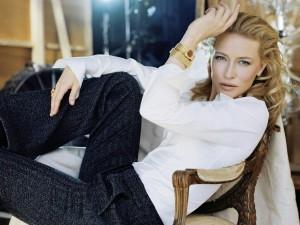 La guapa Cate Blanchett sentada en una silla