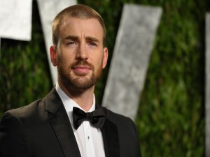 El guapo actor Chris Evans con esmoquin