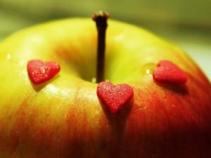 Corazones de azúcar sobre una manzana