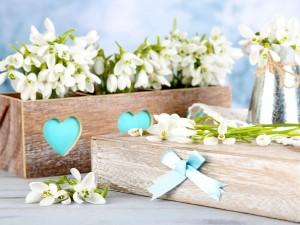 Manojos de campanillas sobre una caja de madera