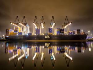 Grúas y barco en un puerto