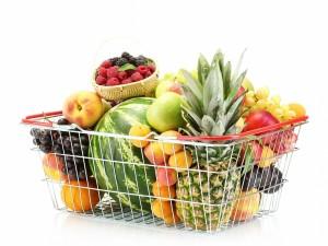 Cesta de metal llena de frutas