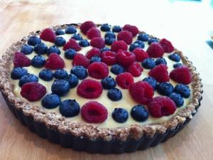Una rica tarta con frambuesas y arándanos