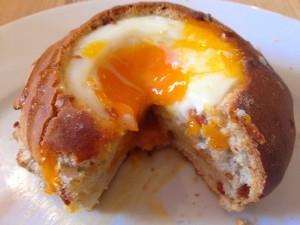 Bollo de pan  con un huevo