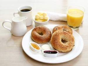 Bagels con mantequilla y mermeladas para el desayuno