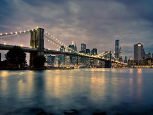 Gran puente iluminado a las afueras de una ciudad