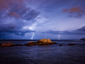 Tormenta eléctrica en el mar