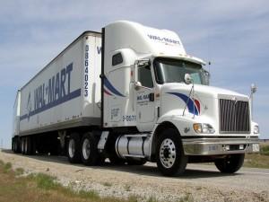 Gran camión blanco en una carretera