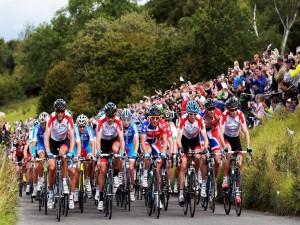 Pelotón de ciclistas en una estrecha carretera