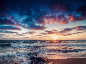 Sol en el horizonte visto desde una playa