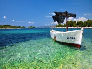 Una barca anclada en la orilla