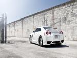 Nissan GT-R blanco junto a un muro