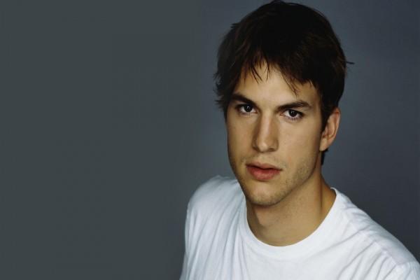 Ashton Kutcher con camiseta blanca