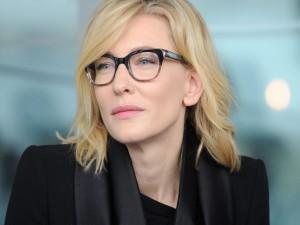 La guapa actriz Cate Blanchett con gafas