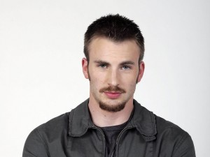 El actor Chris Evans con bigote y perilla