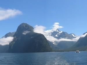 Navegando en un lago junto a inmensas montañas
