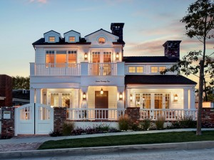 Bonita casa con las luces encendidas