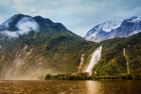 Atractivas cascadas en una montaña