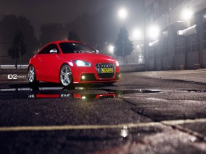 Audi TT rojo en un parking iluminado