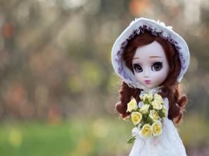 Muñeca con un ramo de rosas