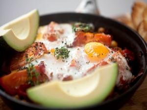 Huevos al horno con tomates y aguacate